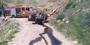Aydın'ın Sultanhisar ilçesinde devrilen traktörün altında kalan sürücü hayatını kaybetti. ( Aydın İl Jandarma Komutanlığı - Anadolu Ajansı )