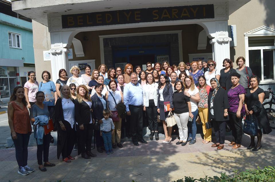 CHP Aydın İl Kadın Kolları öncülüğünde CHP Aydın İlçe Kadın Kolları'nın düzenlediği ''Eşgüdüm Eylül Ayı Toplantısı'' Çine'de gerçekleştirilirken CHP'li kadınlar ilçe parti binasında toplanarak toplantı öncesi Çine Belediye Başkanı Enver Salih Dinçer'i makamında ziyaret etti.