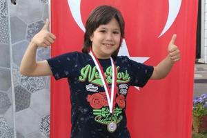 Çine'de yaşayan 13 yaşındaki Doruk Efe Teker, satranç turnuvalarındaki başarıları ile takdir toplamaya devam ederken son olarak Aydın'da gerçekleştirilen satranç turnuvasında il üçüncüsü olma başarısını elde etti.