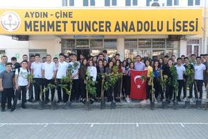 Çine Mehmet Tuncer Anadolu Lisesi 12. sınıf öğrencileri Barış Pınarı Harekatı'nda şehit olan askerler anısına ağaç fidanı dikti.