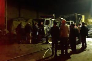 Çine'de park halindeki iki kamyon ve bir traktör bilinmeyen bir sebepten dolayı çıkan yangın ile küle döndü.