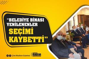 """Çine'de partililerini ziyaret eden CHP Aydın Milletvekilleri Bülent Tezcan ile Süleyman Bülbül, parti binasının satın alınmasında emeği bulunan İlçe Başkanı tayfun Şahin'i tebrik etti. Milletvekili Tezcan'ın """"Belediye binasını da yenileyelim"""" sözüne, Belediye Başkanı Salih Dinçer, """"Belediye binası yenilenen arkadaşlarımız seçimi kaybetti ama bu bina bize uğurlu geliyor"""" yanıtını verdi."""