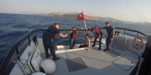 Muğla'nın Bodrum ilçesinde denizde açılan ancak geri dönemeyen tatilci, Sahil Güvenlik ekiplerince kurtarıldı. ( Sahil Güvenlik Komutanlığı - Anadolu Ajansı )