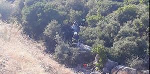 Aydın'ın Söke ilçesinde bir otomobilin uçuruma yuvarlanması sonucu sürücü öldü, eşi ve oğlu yaralandı. ( Bahri Aşık - Anadolu Ajansı )