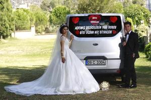 """Abdullah Akdam ile Zeyfe Altan, yüksek yem fiyatlarını protesto etmek için gelin arabalarına, """"Aşkımız, besicinin yem borcu gibi olsun; hiç bitmesin"""" diye yazdırdı."""