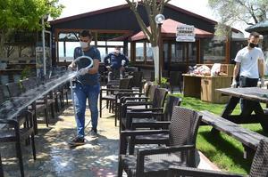 Koronavirüs salgını tedbirleri kapsamında faaliyetleri durdurulan ve 1 Haziran'da yeniden hizmet vermeye başlayacak olan restoran ve kafeler ve kahvehanelerde hazırlık yapılıyor.
