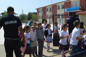 Çine'de ilçe merkezinde eğitim veren okullarda güvenlik görevlileri hizmet vermeye başladı. Güvenlik görevlilerinin görevlerine başlaması veliler tarafından memnuniyet ile karşılandı.