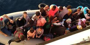 Aydın'ın Didim ilçesinde, 1 saat arayla 2 ayrı lastik botta, yabancı uyruklu toplam 73 kaçak göçmen yakalandı. Yakalananlar arasında bulunan bir bebeğin sudan etkilenmemesi için naylon poşet içerisine konulmuş olması dikkati çekti.