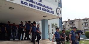 İzmir merkezli 8 ilde düzenlenen göçmen kaçakçılığı operasyonunda gözaltına alınan şüphelilerden 16'sı daha tutuklandı.  ( İzmir Emniyet Müdürlüğü - Anadolu Ajansı )