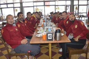 vÇine Madranspor'un efsanevi kadrosunda yer alan futbolculardan birisi olan takım kaptanlığı ve başkanlık yapan iş adamı Melih Ünal, takım futbolcularına kahvaltı verdi.