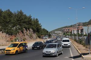 Kurban Bayramı tatili dolayısıyla oluşan Muğla-Aydın Karayolu'ndaki trafik yoğunluğu, helikopter ve drone ile havadan denetlendi.
