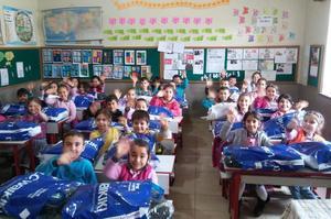 Çine'de hayırsever vatandaşlar tarafından temin edilen hediye paketleri 7 okulda eğitim gören öğrencilere takdim edildi.