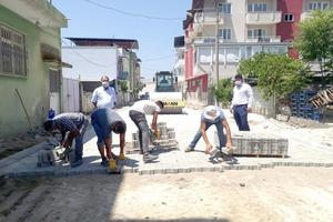 Çine'de doğalgaz altyapısı tamamlanan Yeni Mahallede belediye tarafından kilitli parke taşı döşeme çalışmaları başladı.