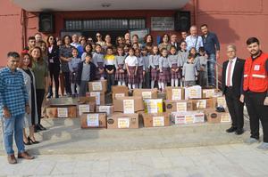 Çine Hüseyin Özkan İlkokulu Kızılay Haftasın nedeniyle anlamlı bir kampanyaya imza attı. Öğrenciler oluşturdukları gıda yardım kolilerini ihtiyaç sahibi kişilere ulaştırılması için Kızlay'a bağışladı.