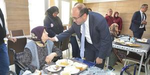 Sandıklı Belediye Başkanı Mustafa Çöl, Hüseyin Develi Termal Huzurevi'nde kalan yaşlıları ziyaret etti. ( Hüseyin Ünlüsoy - Anadolu Ajansı )