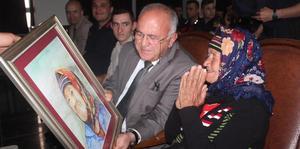 Çorum'un İskilip ilçesi Kaymakamı Bayezit Bestami Alkan, gittiği şehitlikte, yanındaki jandarma görevlisi ile şehit annesi Fatma Abaz'ın çekilen fotoğrafını çok beğendi, ressam Hasan Şimşek'e bunun portresini yaptırdı. Kaymakam Alkan, portreyi şehit annesi Abaz'a hediye etti.