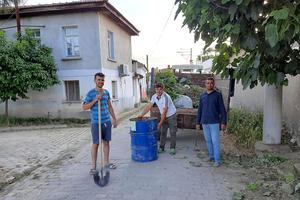 Çine'nin Karakollar Mahallesi'nde yaşayan bir grup vatandaş imece usulü sokak ve cadde temizliği gerçekleştirdi.