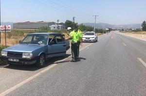 Çine'de meydana gelen trafik kazasında kapısı aniden açılan araç içerisindeki yolcular yola savrulurken 3 kişi yaralandı.