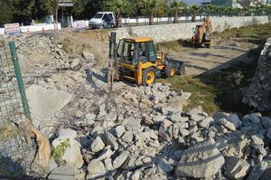 Çine'de seçim öncesi başlatılan ve seçim sonrası unutulan köprü, yenisinin  yapımı için belediye tarafından yıkıldı.