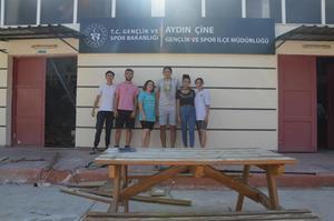 Çine Gençlik Hizmetleri ve Spor İlçe Müdürlüğü bünyesindeki Yüksel Yalova Stadı ve Spor Salonu tadilatı esnasında çıkan tahta atıkları, Voleybol Antrenörü Mehmet Gök öncülüğünde 30 öğrenci tarafından piknik masasına dönüşüyor.