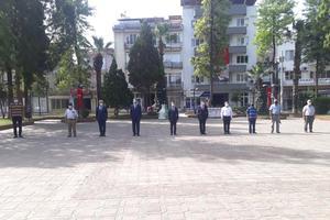 Çine'de 19 Mayıs Atatürk'ü Anma Gençlik ve Spor Bayramı nedeniyle tören gerçekleştirildi. Atatürk Büstü önüne çelenk bırakılırken saygı duruşunun ardından İstiklal Marşı okundu.