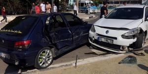 Manisa'nın Turgutlu ilçesinde meydana gelen trafik kazasında 1'i çocuk 3 kişi yaralandı. ( Haluk Satır - Anadolu Ajansı )