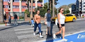 """İçişleri Bakanlığınca, Türkiye genelinde eş zamanlı başlatılan """"Yaya Güvenliğinin Nöbetçisiyiz"""" kampanyası kapsamında Antalya, Muğla, Isparta ve Burdur'da program düzenlendi. Marmaris'te Atatürk Caddesi'nde polisler yaya geçidi nöbeti tuttu. ( Sabri Kesen - Anadolu Ajansı )"""