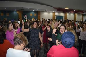 Cumhuriyet İlkokulu Okul Aile Birliği tarafından düzenlenen geceye katılan kadınlar doyasıya eğlendi.