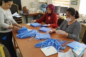 Karpuzlu'da kadınlar sağlık, belediye ve kolluk kuvvetlerinin koronavirüsten korunabilmeleri amacıyla kullanacakları maskenin üretimine başladı.