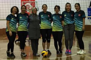 Aydın'da kapalı spor salonu bulunmayan tek ilçe olan Karpuzlu'da kadın öğretmenlerden oluşturduğu voleybol takımı il şampiyonu olarak Aydın'ı bölge birinciliği turnuvasında temsil etme başarısına sahip oldu.