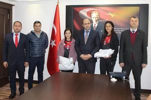 Çine Kaymakamı Turan Erdoğan, Ulu Önder Mustafa Kemal Atatürk'ün Aydın'a gelişinin 89. yıl dönümü münasebetiyle gerçekleştirilen koşu yarışmasında dereceye giren öğrencileri onurlandırdı.