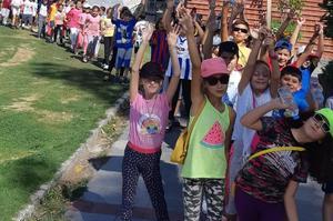 Çine Atatürk İlkokulu öğrencileri sağlıklı yaşamak için sporun ve fiziksel etkinliklerin önemine dikkat çekmek amacıyla yürüyüş düzenledi.