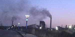 Kütahya'nın Tavşanlı ilçesine bağlı Tunçbilek beldesinde, termik santralin bacasından çıkan yoğun dumanı, yakındaki Köprübaşı Mahallesi'nde oturanların tepkisine neden oldu.